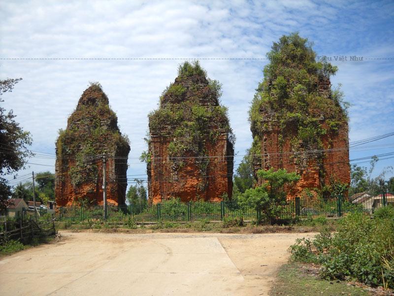 Nhóm Khương Mỹ gồm có 3 tháp, cửa ra vào ở hướng Đông, là kiểu tháp Champa truyền thống với mặt bằng gần vuông, mái tháp gồm 3 tầng, tầng trên là hình ảnh thu nhỏ của tầng dưới, trên cùng có chóp tháp bằng sa thạch.