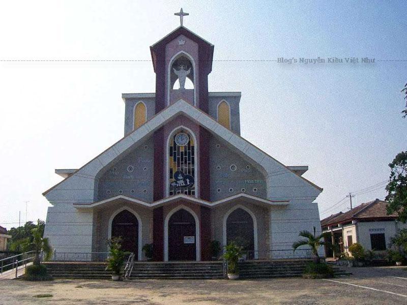 Năm 1914, một số giáo dân đã sửa và xây dựng lại nhà thờ mới bằng tranh, gỗ. Năm 1935, nhà thờ được thay thế bằng ngôi nhà thờ kiên cố theo kiểu kiến trúc Gothic. Năm 1965, ngôi nhà thờ này bị gỡ bỏ và thay vào đó là ngôi nhà thờ mới với kiểu dáng như hiện nay.