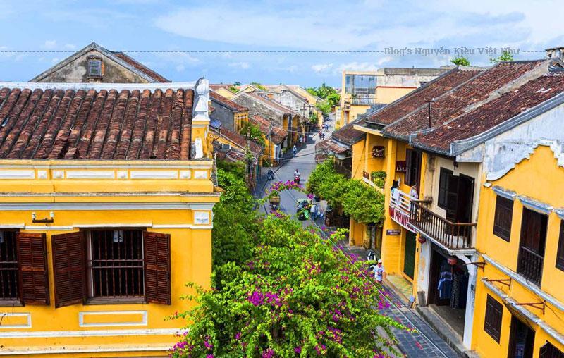 Khu phố cổ nổi tiếng này vẫn giữ được gần như nguyên vẹn với hơn 1000 di tích kiến trúc từ phố xá, nhà cửa, hội quán, đình, chùa, miếu, nhà thờ tộc, giếng cổ… đến các món ăn truyền thống, tâm hồn của người dân nơi đây.