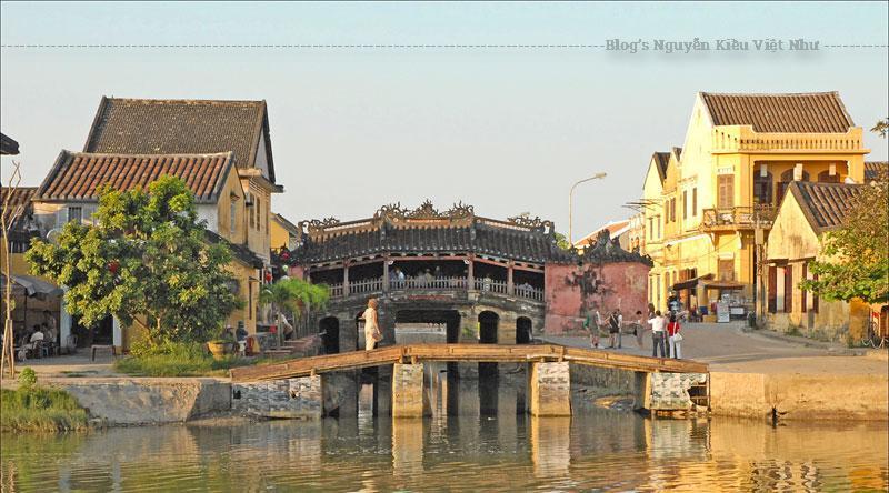"""Năm 1719, chúa Nguyễn Phúc Chu thăm Hội An, đặt tên cho chiếc cầu là Lai Viễn Kiều, với ý nghĩa là """"Cầu đón khách phương xa""""."""