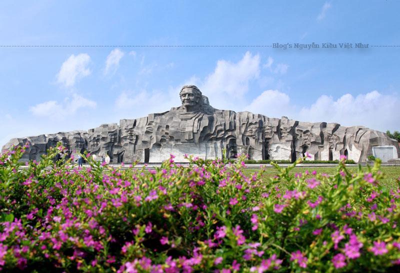 Tượng Đài cao 18,5m được làm bằng chất liệu đá sa thạch với các khối tượng được làm bằng đá hoa cương chạy dài theo đường cánh cung 120m. Ở chính giữa tượng đài là chân dung mẹ Nguyễn Thị Thứ được khắc những nét bình dị, mộc mạc, vẻ đẹp nhân hậu và tình thương bao la mẹ dành cho các con.