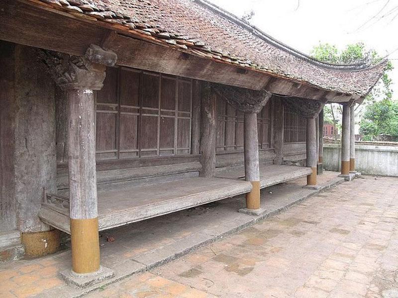 Đình Trà Cổ là một trong những ngôi đình có quy mô lớn nhất ở tỉnh Quảng Ninh, được xây dựng vào năm 1461 vào thời Hậu Lê. Đây là một công trình kiến trúc đặc biệt ở biên giới phía Bắc nước ta được công nhận là di tích văn hóa năm 1974.