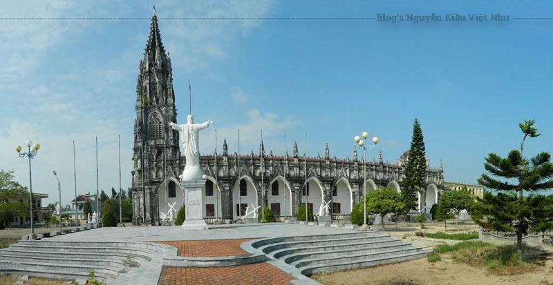 Nền móng nhà thờ đơn sơ đầu tiên được xây dựng bằng gỗ vào năm 1857.