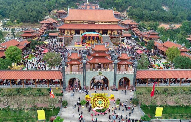 Trong quá trình xây dựng lại, chùa Ba Vàng đã lấn chiếm hàng chục ngàn mét vuông đất rừng quốc gia tại tỉnh Quảng Ninh và được Tổ chức Kỷ lục Việt Nam công nhận là ngôi chùa trên núi có tòa chính điện lớn nhất đạt kỷ lục Việt Nam kể từ ngày 9 tháng 3 năm 2014.