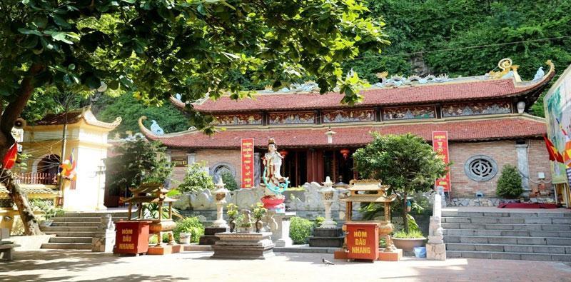 Nằm giữa khuôn viên chùa là khu chính điện, với lối kiến trúc theo kiểu chữ Đinh. Cung tả của chính điện thờ Thánh Trần Hưng Đạo, cung hữu thờ Vân Phương Thánh Mẫu.