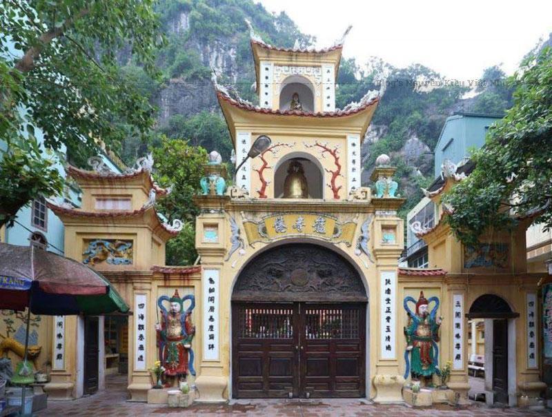 Chùa Long Tiên mang đậm nét kiến trúc Quảng Ninh của chùa chiền thời Nguyễn với kiểu chồng gường giá chiêng và những nét họa tiết, hoa văn rồng bay phượng múa.