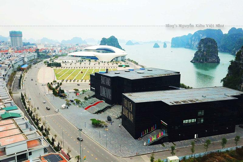 Nơi đây mang dáng dấp những nét đặc trưng cơ bản nhất của Quảng Ninh với những bước phát triển theo dòng lịch sử và không gian. Sự tương phản đối lập giữa màu đen huyền bí bên ngoài với không gian trắng thanh thoát bên trong làm nhiều du khách thích thú.