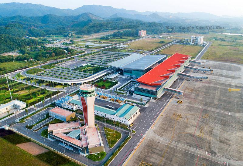 Là cảng hàng không quốc tế cấp 4E, sân bay quốc tế Vân Đồn hiện tại đã và đang đưa vào khai thác các tuyến bay quốc tế chặng dài cũng như các tuyến bay quốc nội tới các trung tâm du lịch, thương mại sầm uất tại Việt Nam cũng như Châu Á.