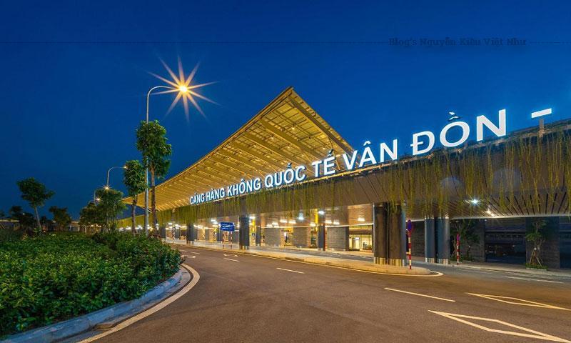 Tương tự các sân bay quốc tế khác tại Việt Nam tầng trệt sẽ dành cho khách hàng đến và hạ cánh tại sân bay Vân Đồn. Ngay tại trung tâm tầng trệt được bố trí 04 băng truyền hành lý giúp hành khách có thể dễ dàng nhận lại hành lý ký gửi của mình.