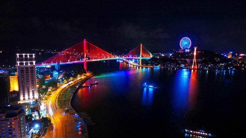 Với kiến trúc thanh mảnh, hiện đại, cầu Bãi Cháy đem lại một nét kiến trúc Quảng Ninh mới và lãng mạn góp phần tô điểm và tôn thêm vẻ đẹp cho Vịnh Hạ Long.