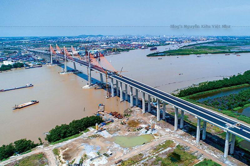 Đây là một trong những cây cầu lớn nhất cả nước và đứng thứ 3 trong số 7 cây cầu dây văng có nhiều nhịp nhất thế giới, tổng số vốn xây cầu lên tới 7.662 tỷ đồng.