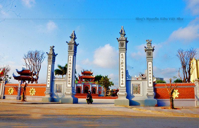 Đền Xã Tắc ngày nay được xây dựng theo hướng Nam, trên một khu đất cao, thoáng mát với diện tích khuôn viên khoảng 20.000m2 , phía Đông giáp sông Ka Long, ba mặt còn lại giáp với khu vực đất thuê của công ty liên doanh khách sạn Hồng Vận.