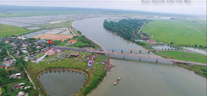 Cầu Hiền Lương được xây dựng năm 1928 do Phủ Vĩnh Linh huy động nhân dân trong vùng đóng góp công sức. Hồi ấy, cầu được làm bằng gỗ, đóng cọc sắt, rộng 2m, chỉ đủ cho người đi bộ.