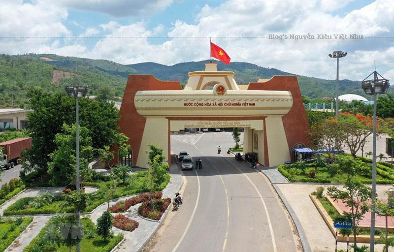 Năm 1999, Thủ tướng đã phê duyệt định hướng quy hoạch chung xây dựng khu thương mại Lao Bảo đến năm 2020 có quy định về các khu thương mại và khu công nghiệp tại đây.