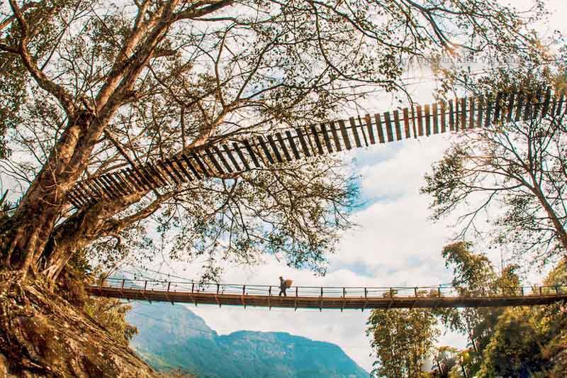 Chiếc cầu này có mục đích xây dựng ban đầu là để người dân địa phương thuận tiện trong việc đi lại giữa xã Tả Van và trung tâm thị trấn Sapa.