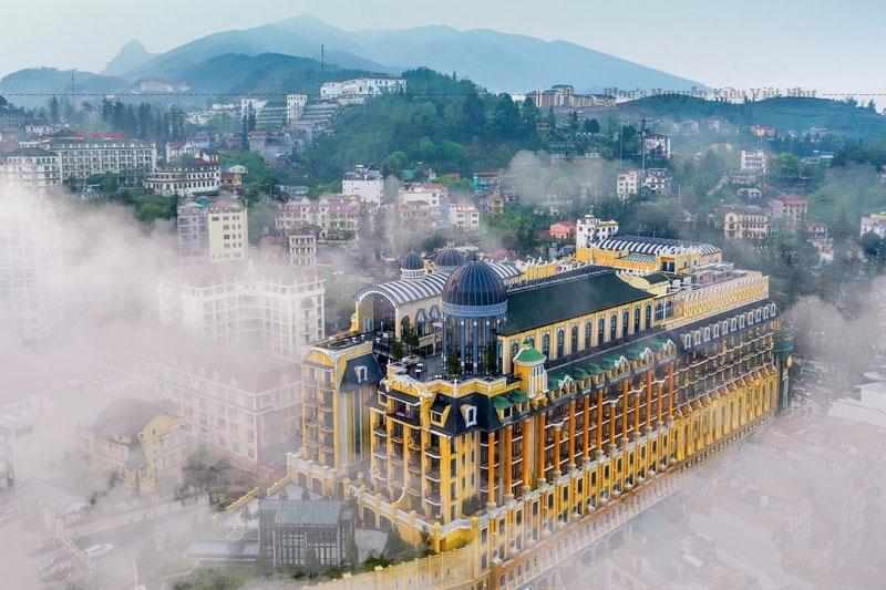 """Trước đó, tại Lễ trao giải World Travel Awards khu vực châu Á – châu Đại Dương 2019 diễn ra tại Phú Quốc và Lễ trao giải World Luxury Hotel Awards 2019 - WLHA tại Rovaniemi (Phần Lan), Hotel De La Coupole - MGallery cũng là đại diện hiếm hoi của Việt Nam """"bội thu"""" với các giải thưởng: """"Khách sạn sang trọng bậc nhất Việt Nam"""", """"Khách sạn mới hàng đầu châu Á"""", """"Khách sạn có kiến trúc hàng đầu châu Á"""" (WTA) và """"Khách sạn có thiết kế kiến trúc sang trọng nhất thế giới""""- WLHA."""