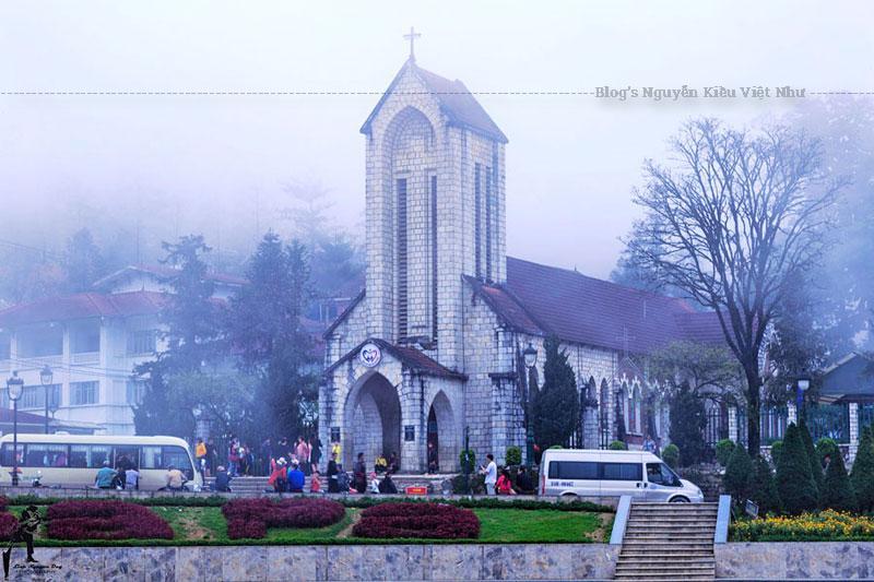 Phía trước nhà thờ là khoảng sân rộng, hàng ngày người dân tộc thường tập trung ở đây mua bán. Bên trong nhà thờ là giáo đường có 32 ô cửa kính mầu, vẽ hình các mầu nhiệm mân côi, các Thánh và chặng đường Thánh Giá.