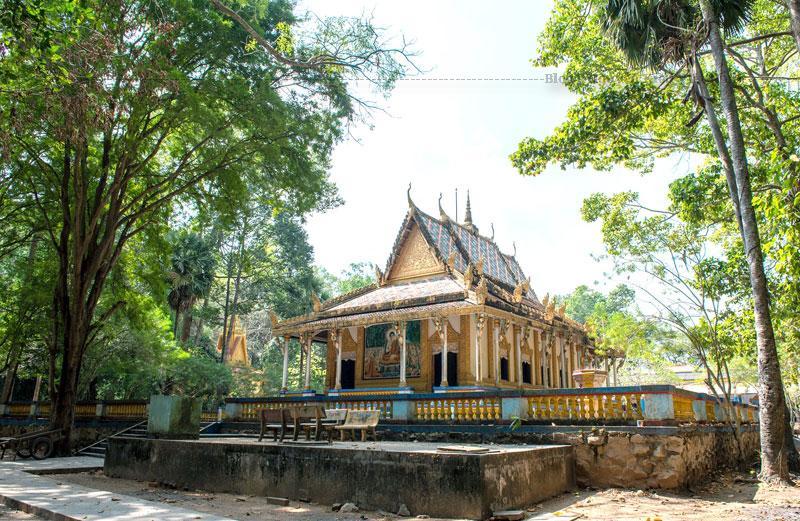 Toàn bộ mái chùa là cả một công trình kiến trúc vĩ đại thể hiện quan niệm, triết lý về Phật, Trời của người Khmer.