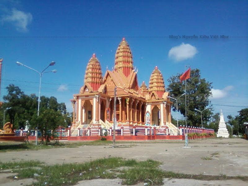 Cổng chùa Sêrây Cro Săng là một công trình kiến trúc được xây dựng bằng bê tông màu đỏ thẩm, bên dưới cổng gồm 2 cột trụ vuông chống đỡ cho phần mái tháp.
