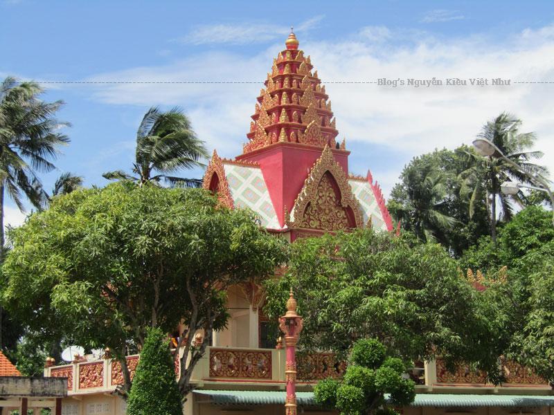 Phần cổng vòm phía trên bao gồm 03 ngọn tháp được đắp nổi họa tiết hoa văn Khmer. Trên đó có ghi tên chùa Sêrây Cro Săng bằng tiếng Khmer với nét chữ màu đỏ được đắp nổi trông rất đẹp mắt.