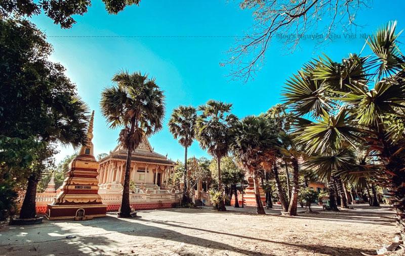 Chùa có kiến trúc gần giống như các chùa Phật giáo Nam Tông ở Thái Lan và Campuchia.