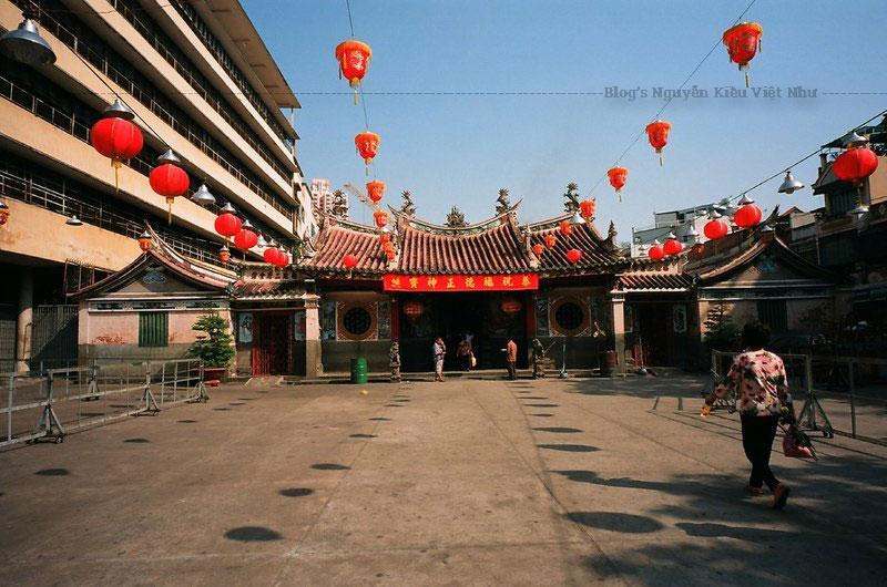 Tuy chùa không có quy mô lớn nhưng vô cùng thoáng đãng mang đậm màu sắc kiến trúc Trung Hoa. Ai đi qua đây cũng đều bị thu hút với dãy đèn lồng đỏ lộng lẫy như ở phố người Hoa được treo trước hiên chùa.