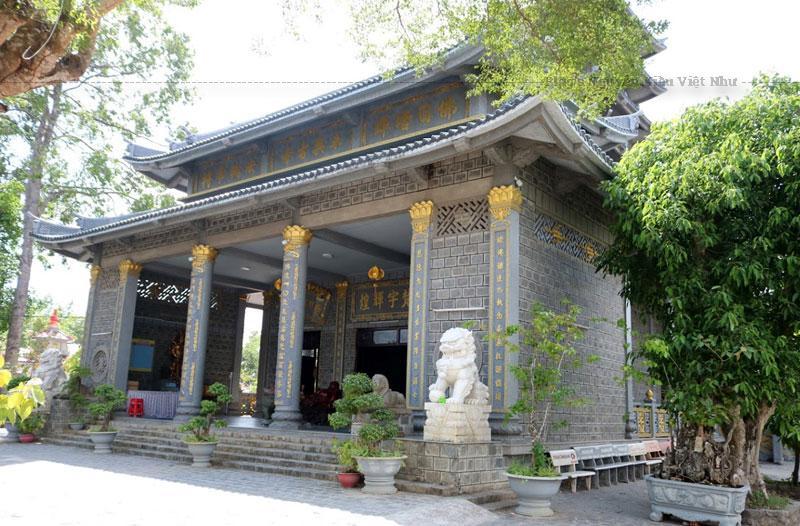 Chùa Vĩnh Hưng có với lối kiến trúc độc đáo khi được xây dựng bằng hàng chục ngàn viên đá nguyên khối hình chữ nhật với bố cục hài hòa giữa kiến trúc Nhật Bản và Việt Nam.
