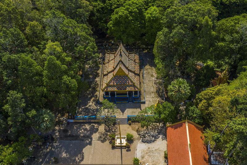 Bạn cũng sẽ bắt gặp ở đây họa tiết tiêu biểu trong kiến trúc Khmer với nhiều tháp nhỏ trên mái chùa, phía đầu hồi chạm trổ hình rắn Naga uốn lượn đầy tinh xảo.