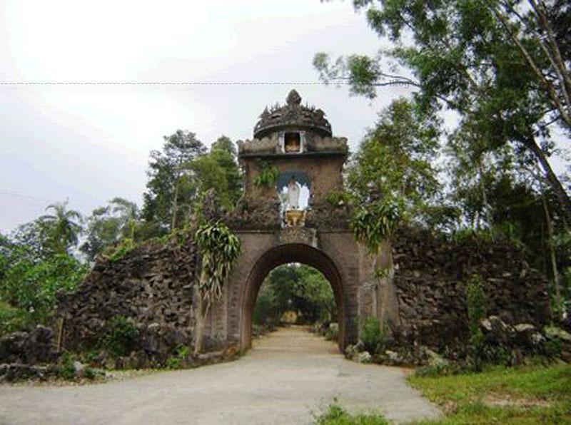 Chùa Chiền Viện tọa lạc trên một dải đồi thoai thoải tự nhiên ở trung tâm bản Vặt, xã Mường Sang, huyện Mộc Châu, tỉnh Sơn La.