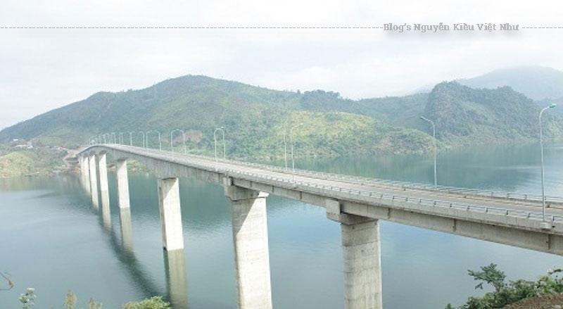 Với phần trụ cao kỷ lục, tháng 2/2015, cầu Pá Uôn đã được Tổ chức Kỷ Lục Việt Nam xác nhận lập kỷ lục về chiều cao với trụ chính cao tới 98,6m.