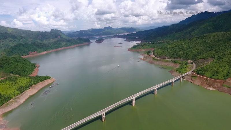 Tính từ đáy sông lên mặt cầu là 103,8m. Chính vì vậy mà ở thời điểm lúc giờ, Pá Uôn trở thành cây cầu có cột trụ cao nhất khu vực Đông Nam Á.
