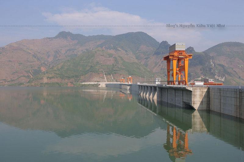 Thủy điện Sơn La nằm trên sông Đà tại xã Ít Ong, huyện Mường La, tỉnh Sơn La, Việt Nam.
