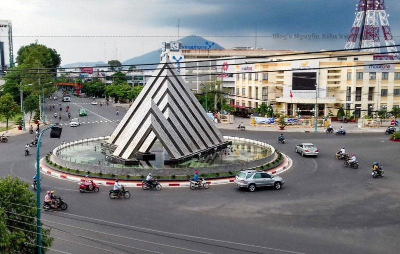 Vòng xoay được thiết kế gồm 7 dàn không gian, với 5 dàn không gian lớn, 2 dàn không gian nhỏ, tạo sự cân bằng, vững chải, nhưng thanh thoát, mềm mại, thể hiện hình ảnh Núi Bà Đen biểu tượng cho vẽ đẹp vĩnh cữu mà thiên nhiên trao tặng riêng cho Tây Ninh.