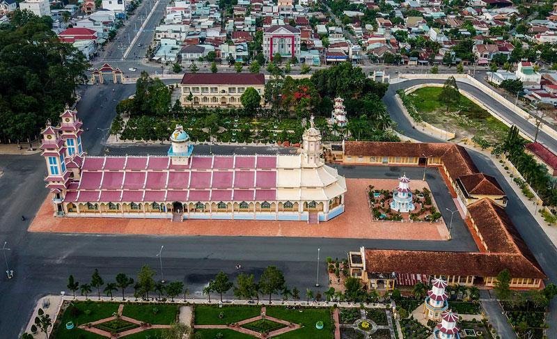 Về cách thức kiến trúc, sự tạo tác Tòa Thánh Tây Ninh không giống với bất cứ một công trình xây dựng lớn lao nào của người đời.