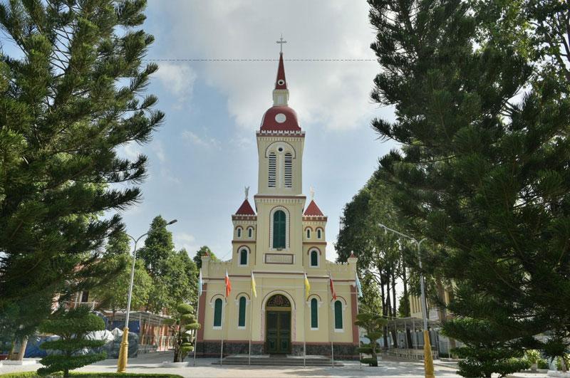 Ngôi Thánh đường đầu tiên mái tranh vách lá, sau đó một nhà thờ khang trang hơn được xây dựng.