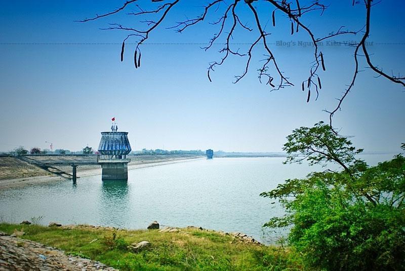 Hồ Dầu Tiếng là một trong những hồ nước nhân tạo lớn nhất của Việt Nam và Đông Nam Á.
