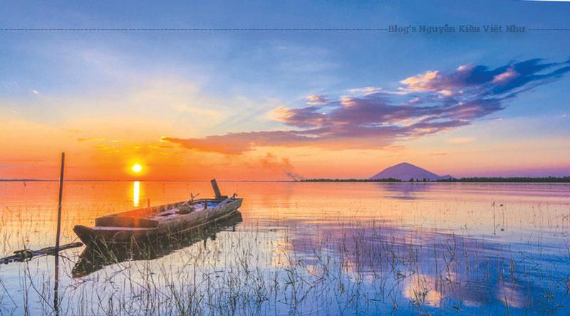 Trong lòng hồ còn có nhiều ốc đảo với tên: đảo Xỉn, đảo Trảng, đảo Đồng Bò… tạo nên hệ sinh thái đa dạng cho khu vực hồ. Chính vì vậy người dân quanh đây còn có thêm nghề đánh cá ở hồ.
