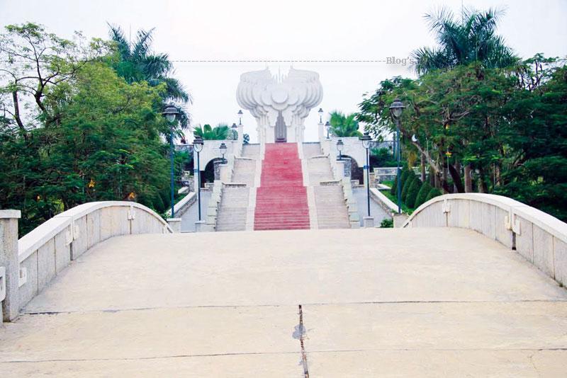 Đài cao 14 m, có 3 khối hợp lại dựng nên hình tượng cây đa Tân Trào, chất liệu bê tông cốt thép và trát granito. Từ đường Tân Trào, cây cầu cong nối từ công viên cây xanh với đường lên đài được thiết kế 6 cấp cầu thang, lát đá đỏ.