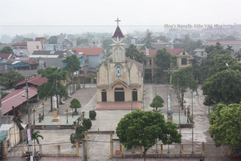 Ngày 12 tháng 12 năm 1965, nhà thờ bị bom Mỹ bắn phá hỏng toàn bộ và bỏ hoang mãi cho đến năm 1969. Lúc này cụ già Dương đã cùng một số giáo dân dựng tạm lại ngôi nhà nguyện 3 gian bằng tre.