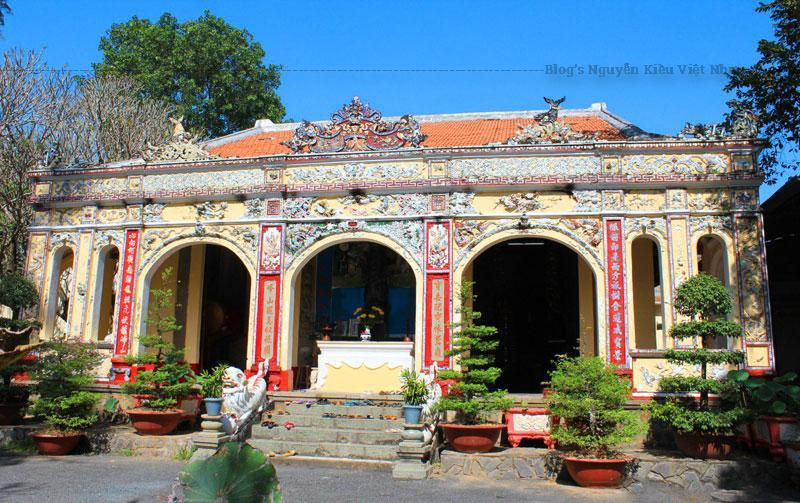 Cổng tam quan chùa nằm dưới chân núi Bình Điện, bên đường Huỳnh Văn Nghệ.