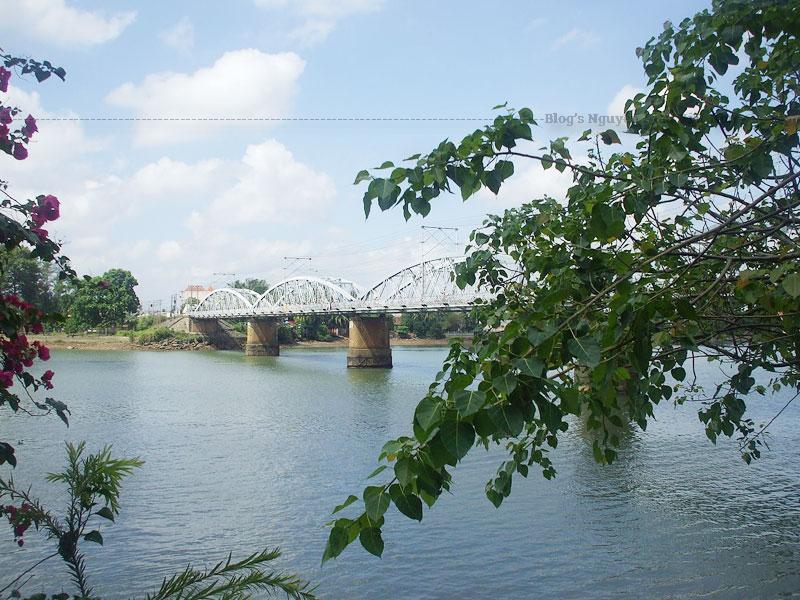 Sau hơn một trăm năm sử dụng, cùng với sự phát triển và gia tăng dân số của thành phố Biên Hòa, cầu Ghềnh cũng như cầu Rạch Cát đã trở nên quá tải khi mỗi ngày phải gánh hàng nghìn lượt xe lưu thông giữa hai bờ sông Đồng Nai.