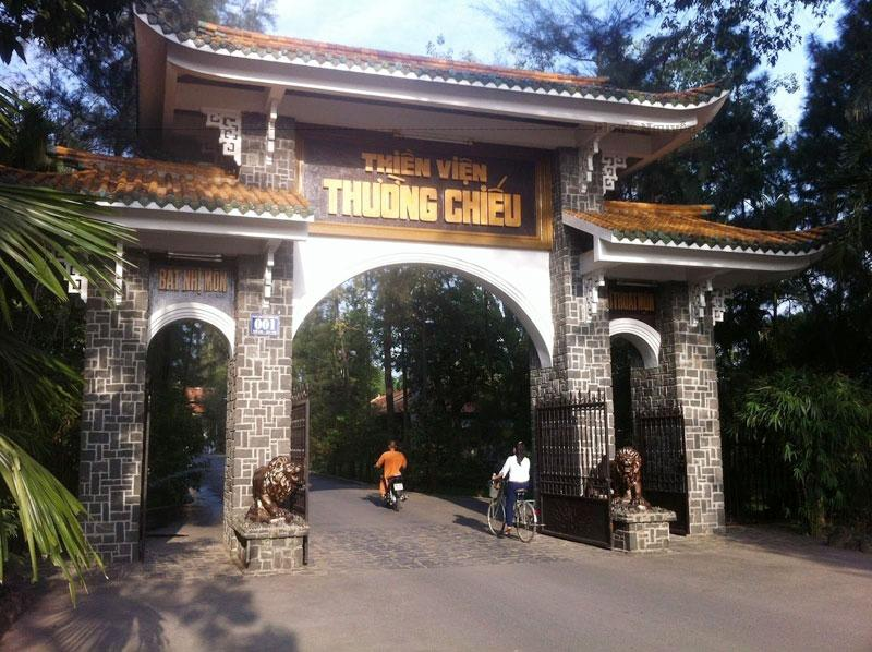 Điện Phật thiền viện kiến lập năm 1986, tháp chuông dựng năm 1988.
