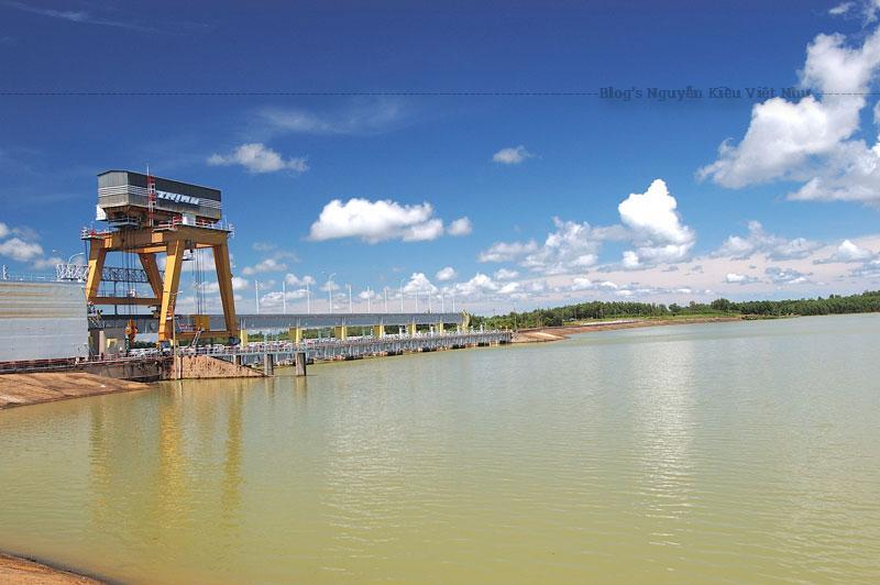 Nhà máy thủy điện Trị An có 4 tổ máy, với tổng công suất thiết kế 400 MW, sản lượng điện trung bình hàng năm 1,7 tỉ KWh.