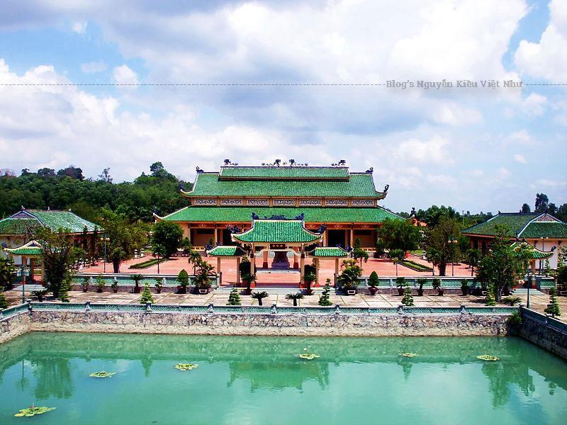 Trong gian thờ này, đặc biệt có trưng bày 18 kg đất và 18 lít nước mang về từ đền Hùng, biểu trưng cho 18 đời vua Hùng, cội nguồn của dân tộc Việt.