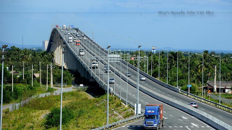 Cầu Long Thành thuộc gói 2 của dự án với chiều dài toàn tuyến 3.100 m trong đó cầu chính dài 680 m với 556 cọc khoan nhồi đường kính từ 1.2 m đến 2 m dài từ 60 m đến 80 m, nhịp chính được đúc hẫng cân bằng 4x130 + 2x80.