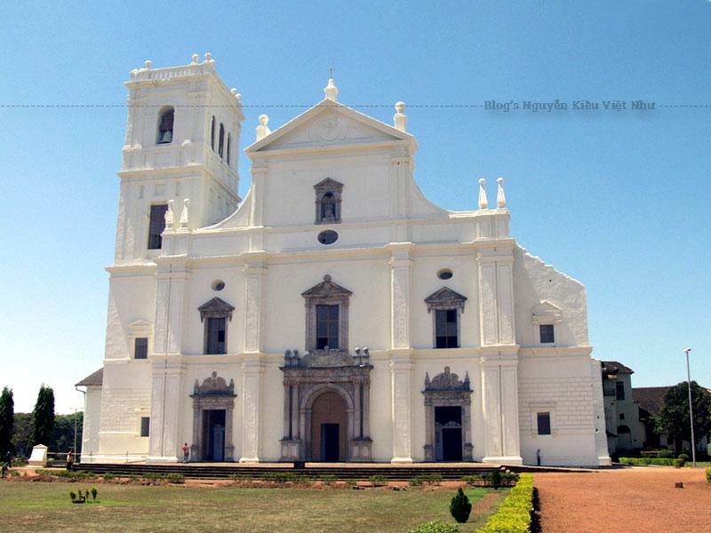 Goa là thủ đô của Ấn Độ thuộc Bồ Đào Nha và là một trung tâm truyền giáo thế kỷ 16. Các di tích phổ biến loại hình nghệ thuật phương Tây gồm kiến trúc Manueline, trường phái kiểu cách và Baroque ra khắp châu Á, đồng thời là một ví dụ đặc biệt của quá trình truyền giáo