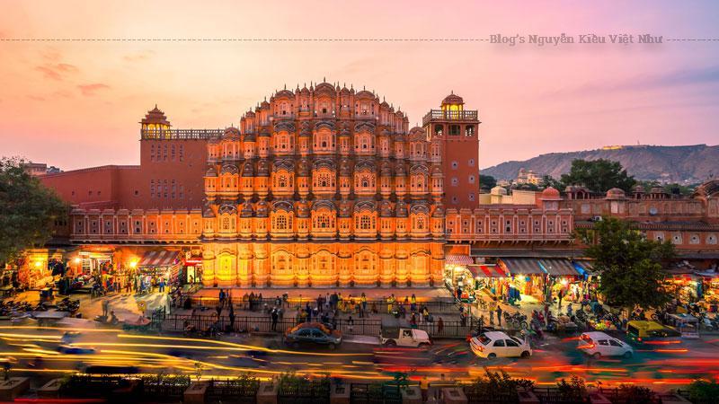 Cung điện gió Hawa Mahal có 5 tầng độc đáo với chiều cao 15 m tính từ căn cứ trên cao của nó là Lal Chand Ustad. Thiết kế của tòa nhà thể hiện sự pha trộn tuyệt vời của kiến trúc Hindu Rajput với kiến trúc Mughal của đạo Hồi.