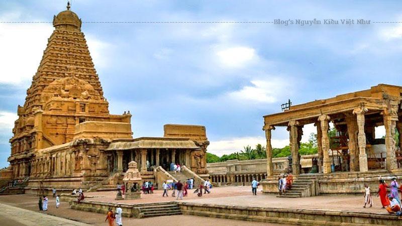 Tổng thể hình dáng của các ngôi đền tại đây đều tháp tam quan đồ sộ có móc hình vành khăn, được phủ lên bốn mặt bằng vô số các tượng đá điêu khắc từ nguồn cảm hứng bất tận của sử thi Mahabharata.