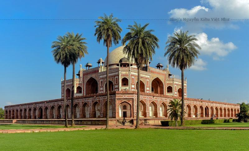 Năm 1556, với sự ủng hộ của Ba Tư, Humayun quay trở về Delhi để giành lại ngai vàng. Chỉ 6 tháng kể từ ngày quay về ngôi vị, ông bị ngã trên cầu thang thư viện và qua đời, chấm dứt quãng thời gian trị vì ngắn ngủi.