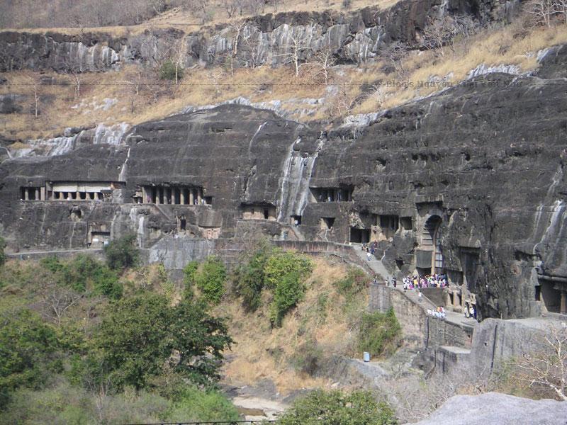 Các hang thờ Phật ở Ajanta có kích thước khác nhau, trong đó hang lớn nhất có diện tích khoảng 16m, được đục khoét một cách vuông vức. Việc xây dựng các chùa hang này cũng có sự khác nhau rất lớn, có những chùa được xây dựng một cách đơn giản nhưng cũng có những chùa được xây dựng khá công phu và tinh xảo.
